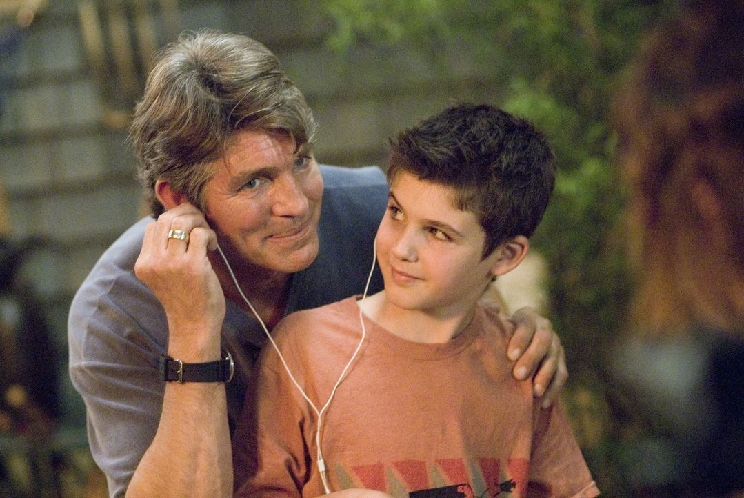 Nachdem seine Mutter beruflich nach Oregon muss, kommt Shay (Aiden Jarrar, r.) zu seinem Vater (Eric Roberts, l.), der sich liebevoll um ihn kümmert. - Bildquelle: Metro-Goldwyn-Mayer Studios Inc. All Rights Reserved.