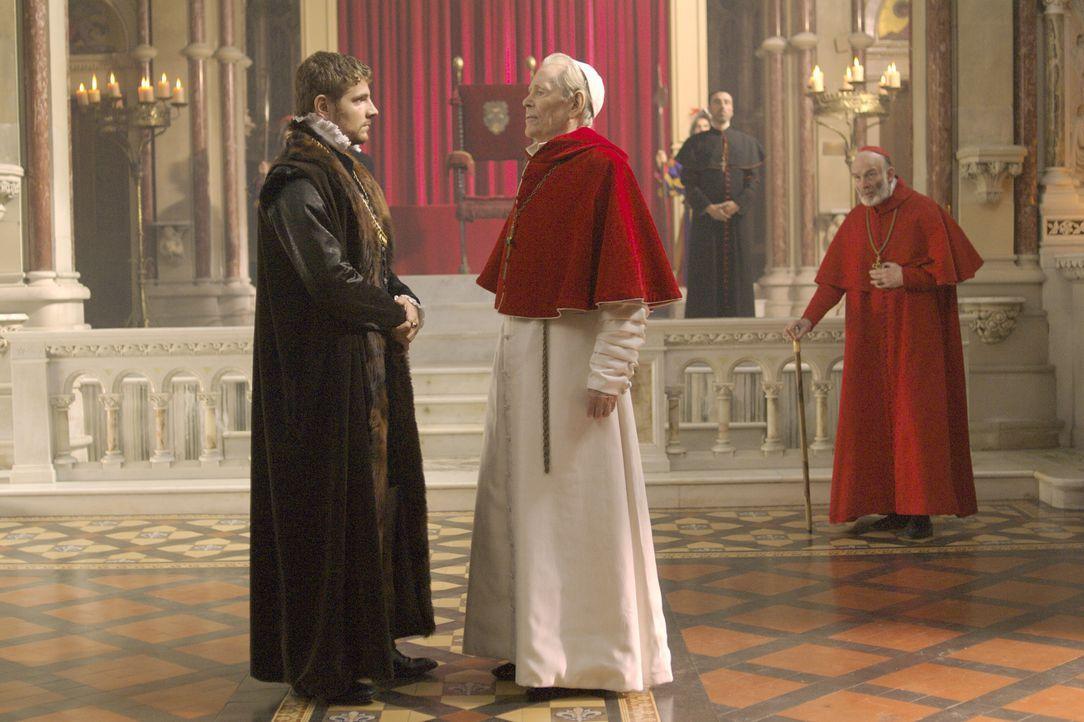 Master William Brereton (James Gilbert, vorne l.) hofft auf die Hilfe von Papst Paul III (Peter O'Toole, vorne r.), der jedoch schickt ihn nach Engl... - Bildquelle: 2008 TM Productions Limited and PA Tudors II Inc. All Rights Reserved.