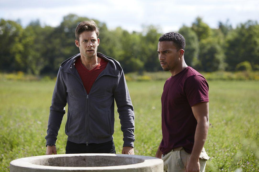 Als Logan (Michael Xavier, r.) glaubt, Rachel rufen zu hören, ahnt Nick (Steve Lund, l.) noch nicht, wer hinter der Täuschung steckt ... - Bildquelle: 2015 She-Wolf Season 2 Productions Inc.