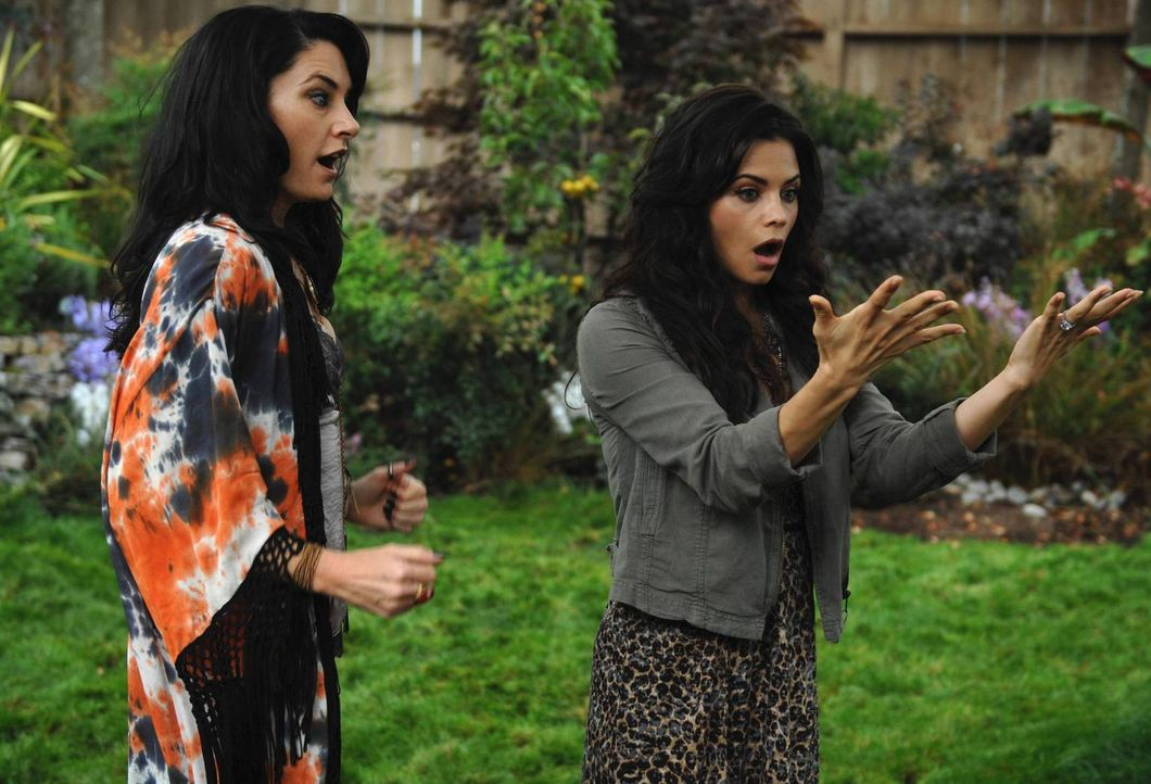 Kann Wendy (Mädchen Amick, l.) ihre Nichte Freya (Jenna Dewan-Tatum, r.) von dem Voodoo-Fluch befreien? - Bildquelle: 2013 Lifetime Entertainment Services, LLC. All rights reserved.