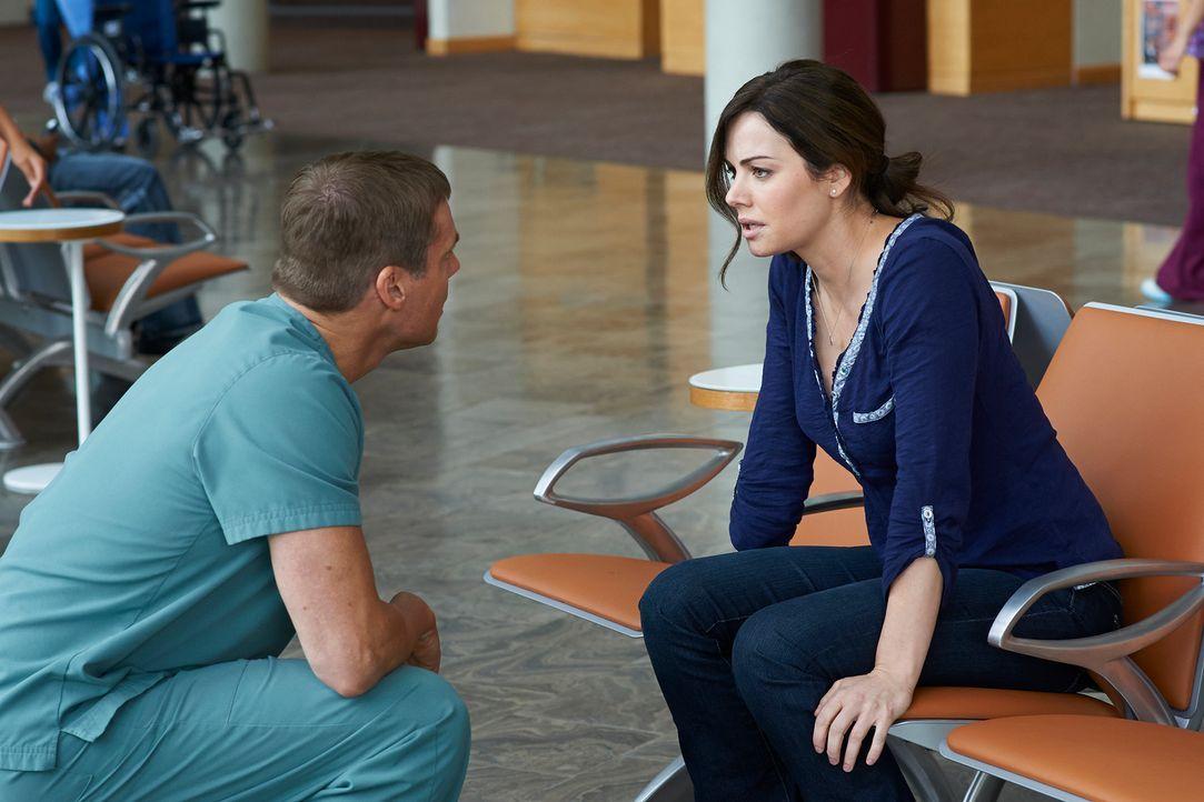 Alex (Erica Durcan, r.) hat Probleme mit ihrem Herz-Rhythmus und Charlie (Michael Shanks, l.) macht sich große Sorgen. Zu Recht? - Bildquelle: 2012  Hope Zee One Inc.