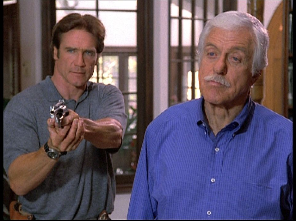 Mark (Dick Van Dyke, r.) und sein Sohn Steve (Barry Van Dyke, l.) sehen sich Gangstern gegenüber, die zu allem entschlossen sind und damit drohen,... - Bildquelle: Viacom
