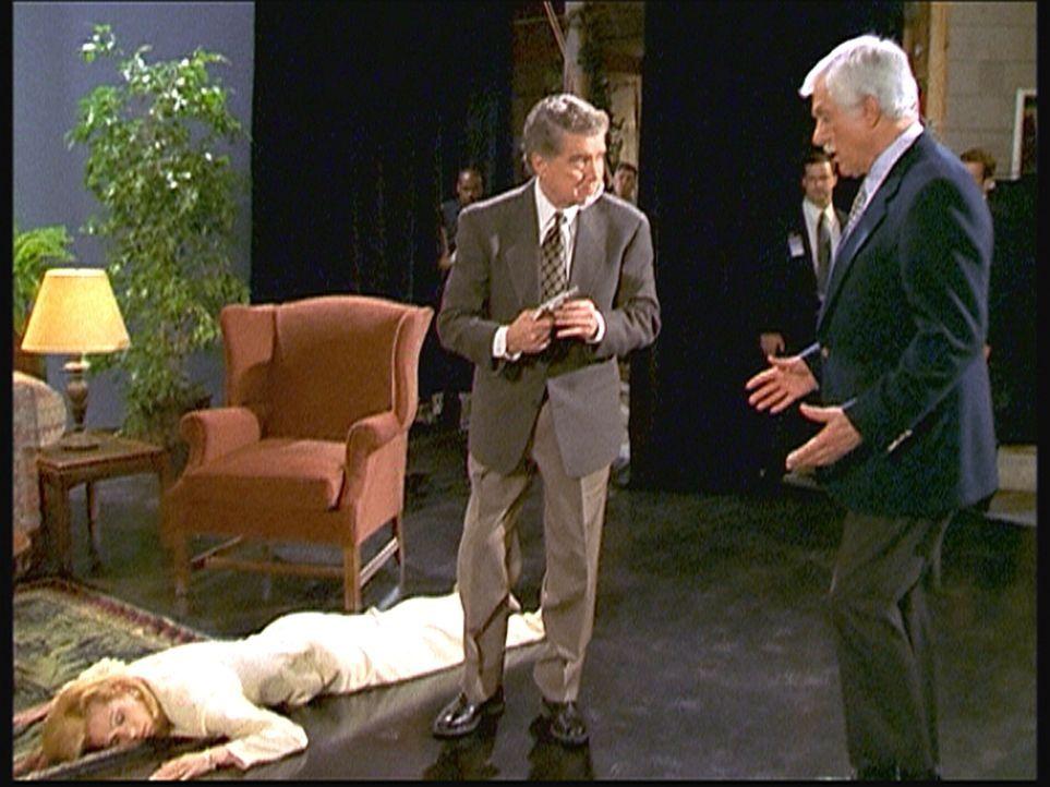 Darren (Regis Philbin, M.) hat bei einer Livesendung seine Partnerin Mary (Kathie Lee Gifford, l.) erschossen. Mark (Dick Van Dyke, r.) versucht, Da... - Bildquelle: Viacom