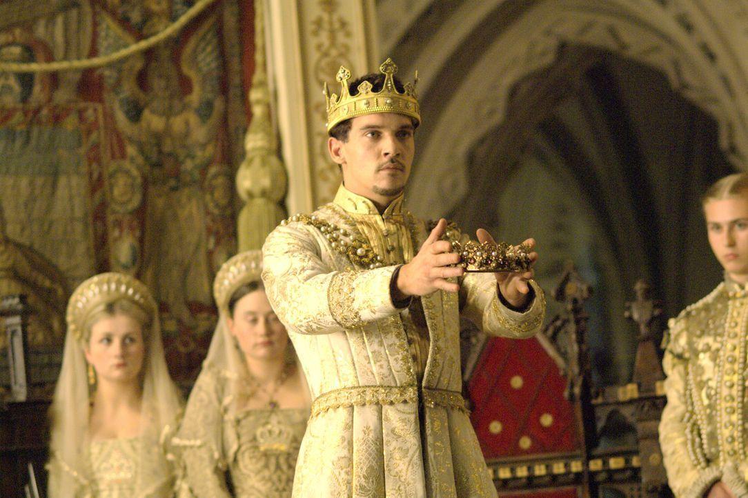 Er selbst krönt seine Anne zur Königin von England: König Henry VIII. (Jonathan Rhys Meyers) ... - Bildquelle: 2008 TM Productions Limited and PA Tudors II Inc. All Rights Reserved.