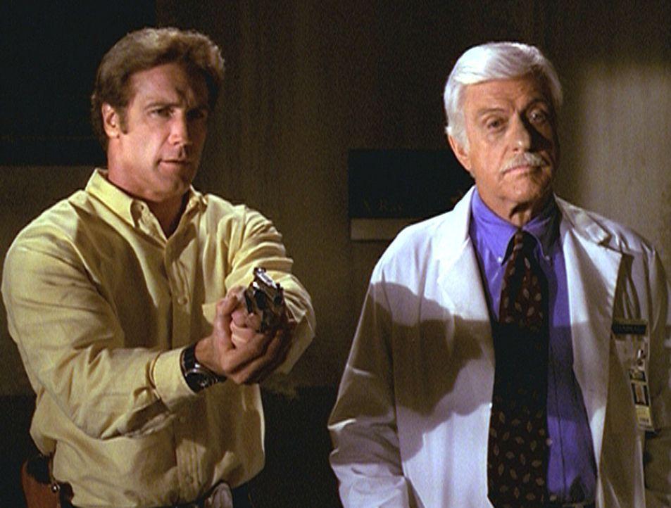 Steve (Barry Van Dyke, l.) und sein Vater Mark (Dick Van Dyke, r.) konfrontieren den Chef der Nationalen Sicherheit mit Vorwürfen ... - Bildquelle: Viacom