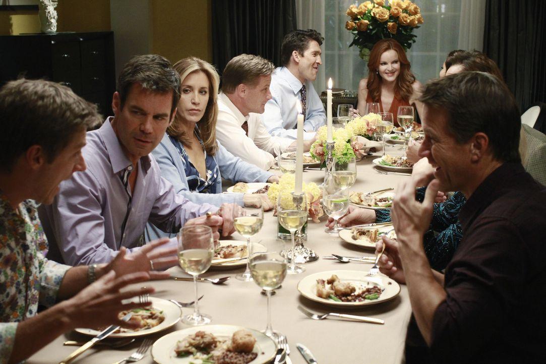 Susan zieht wieder zurück in die Wisteria Lane und ihr zu Ehren veranstalten die Bewohner der Straße eine große Dinnerparty: (v.l.n.r.) Lee (Kevin R... - Bildquelle: ABC Studios