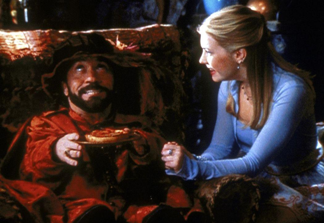 Roland (Phil Fondacaro, l.), der Zwerg aus dem anderen Reich, hat Sabrina (Melissa Joan Hart, r.) durch einen Trick in sich verliebt gemacht ... - Bildquelle: Paramount Pictures