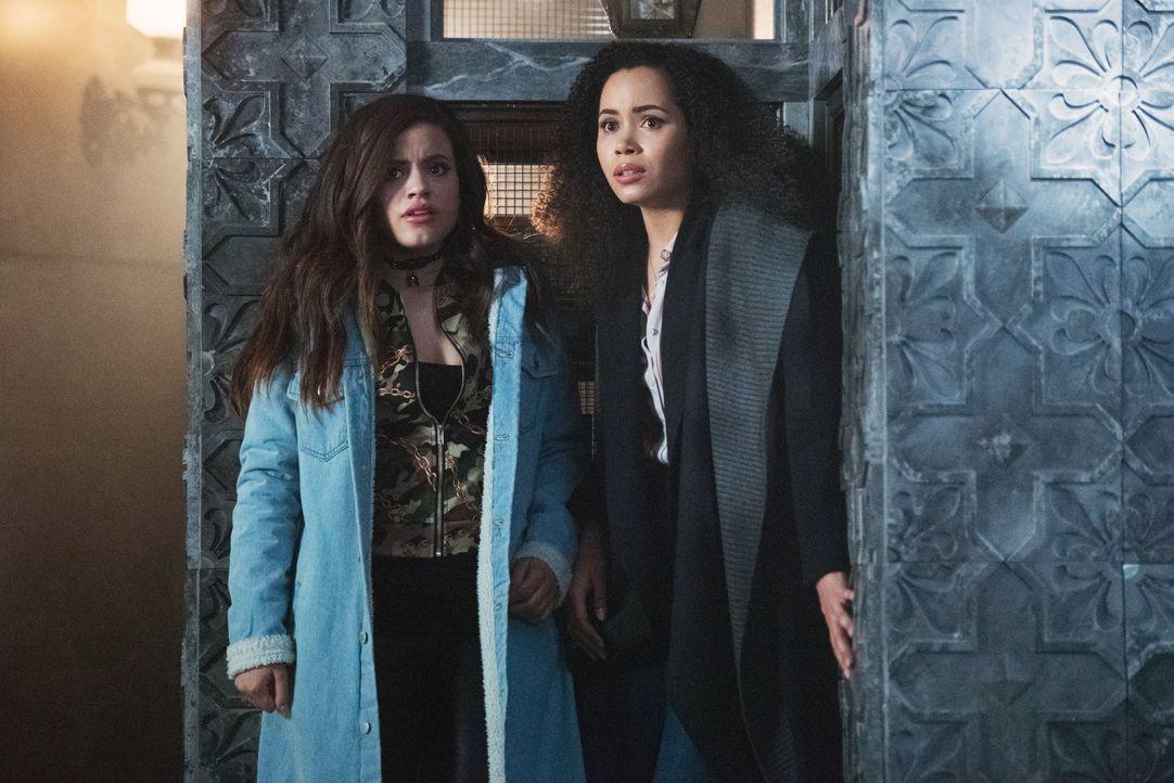 Maggie Vera (Sarah Jeffery, l.); Macy Vaughn (Madeleine Mantock, r.) - Bildquelle: Dean Buscher 2019 The CW Network, LLC. All rights reserved. / Dean Buscher