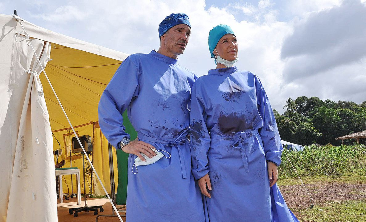 Wenn das Paradies zum Alptraum wird, sind sie die Ersten vor Ort: Sophie Heimbach (Alexandra Neldel, r.) und Kreusler (Hannes Jaenicke, l.) als Ärzt... - Bildquelle: Aki Pfeiffer SAT.1