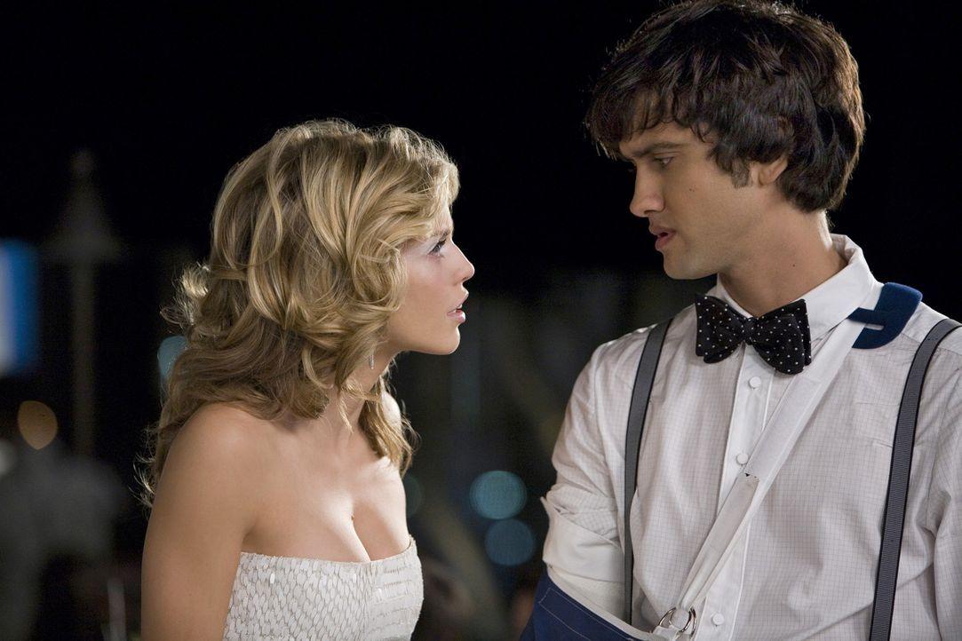 """Als Naomi (AnnaLynne McCord, l.) von Navid (Michael Steger, r.) erfährt, dass Jasper ein Drogendealer ist, will sie Annie von ihm """"befreien"""". Wird... - Bildquelle: TM &   CBS Studios Inc. All Rights Reserved"""