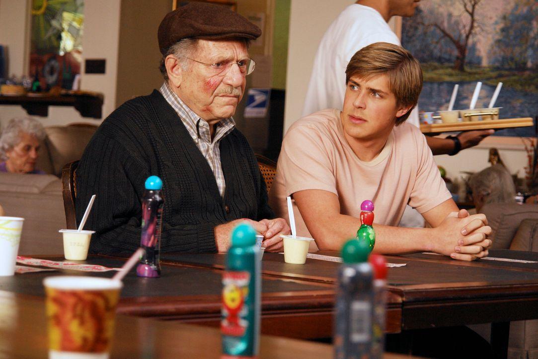 Dell (Chris Lowell, r.) befürchtet, dass sein Großvater (George Segal, l.) im Altenheim  misshandelt wird  - vom Personal ... - Bildquelle: 2007 American Broadcasting Companies, Inc. All rights reserved.