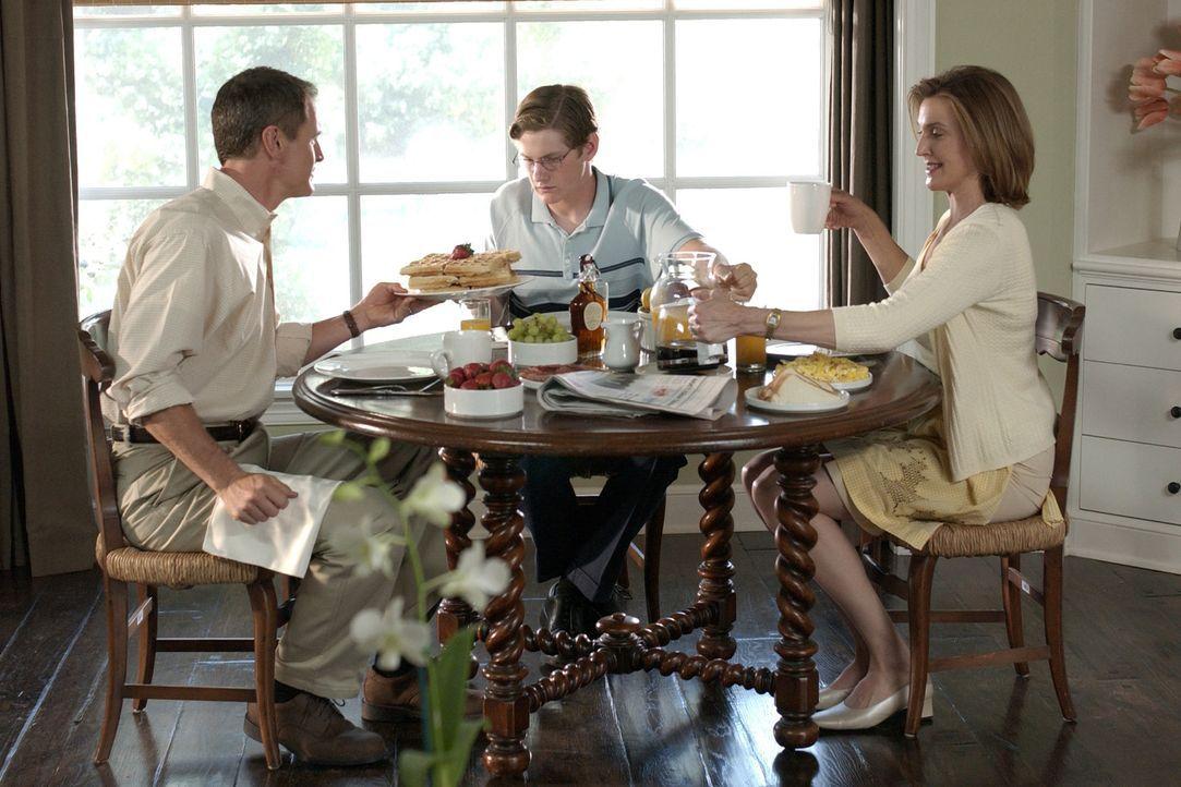 Noch scheint im Hause Young alles in Ordnung zu sein: Mary Alice (Brenda Strong, r.), Zach (Cody Kasch, M.) und Paul (Mark Moses, r.) ... - Bildquelle: Touchstone Television