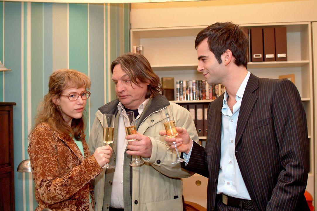 Lisa (Alexandra Neldel, l.) ist verblüfft und überglücklich, als David (Mathis Künzler, r.) ihr eröffnet, dass ihr Vater Bernd (Volker Herold,... - Bildquelle: Sat.1