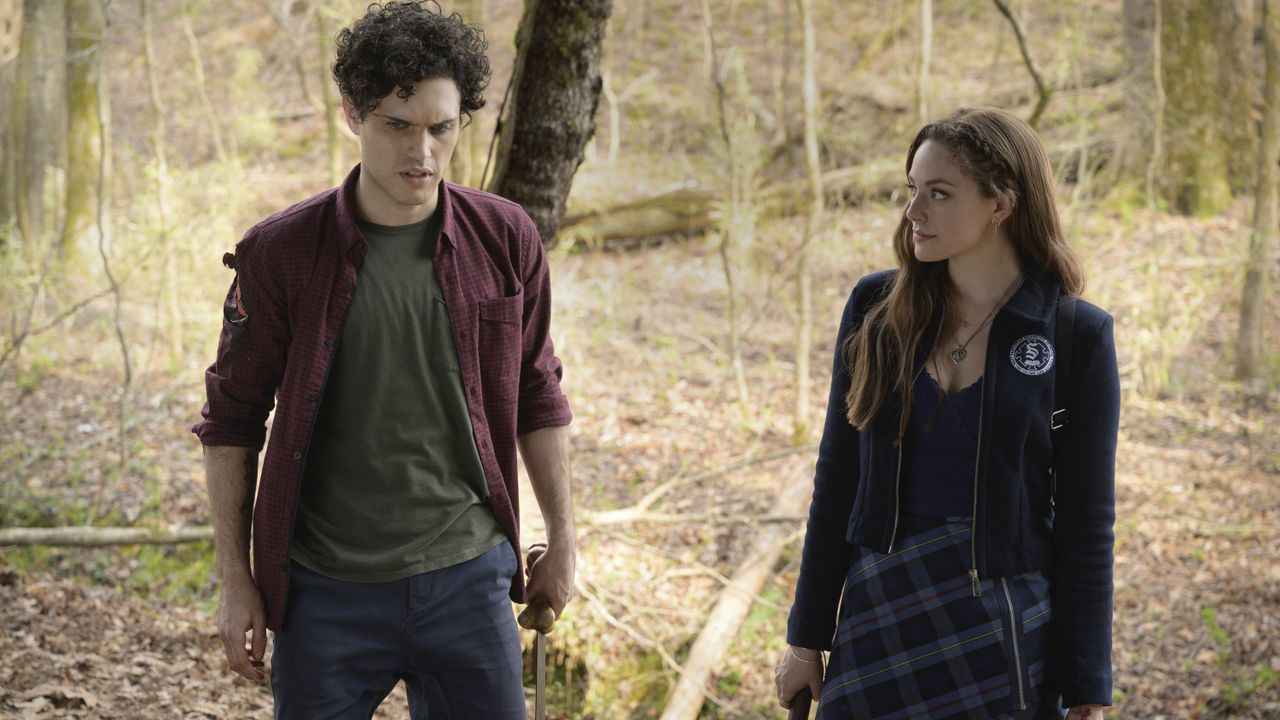 Landon Kirby (Aria Shahghasemi, l.); Hope Mikaelson (Danielle Rose Russell, r.) - Bildquelle: 2021 The CW Network, LLC. All rights reserved.
