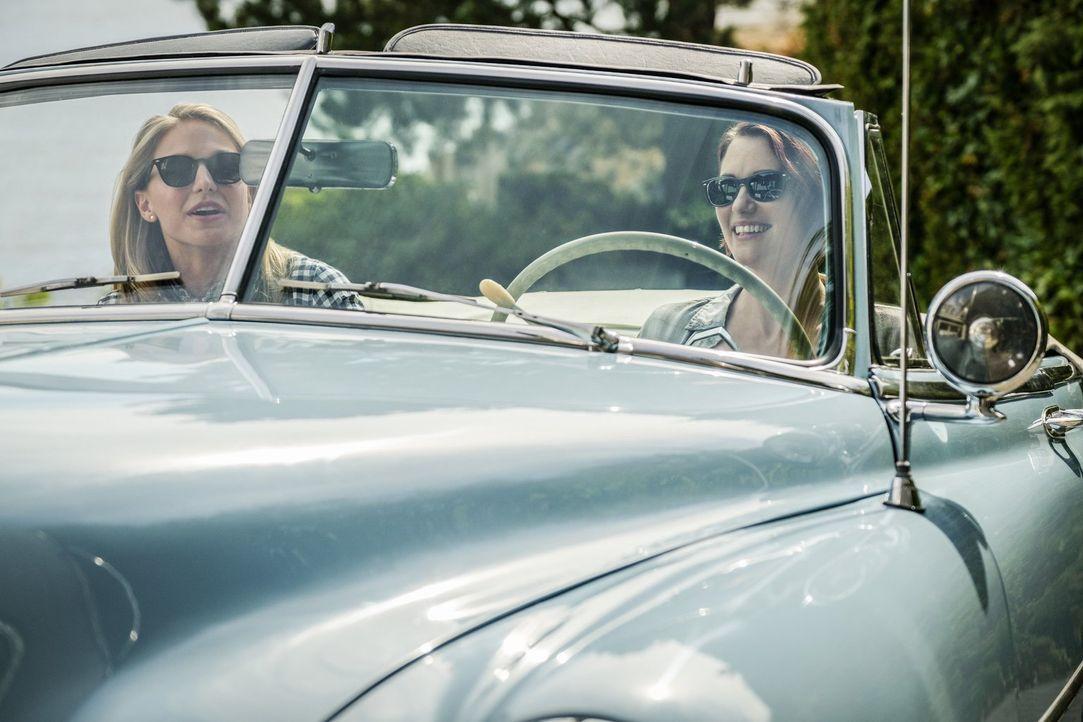Machen sich gemeinsam auf den Weg in ihre alte Heimat: Kara (Melissa Benoist, l.) und Alex (Chyler Leigh, r.) ... - Bildquelle: 2017 Warner Bros.