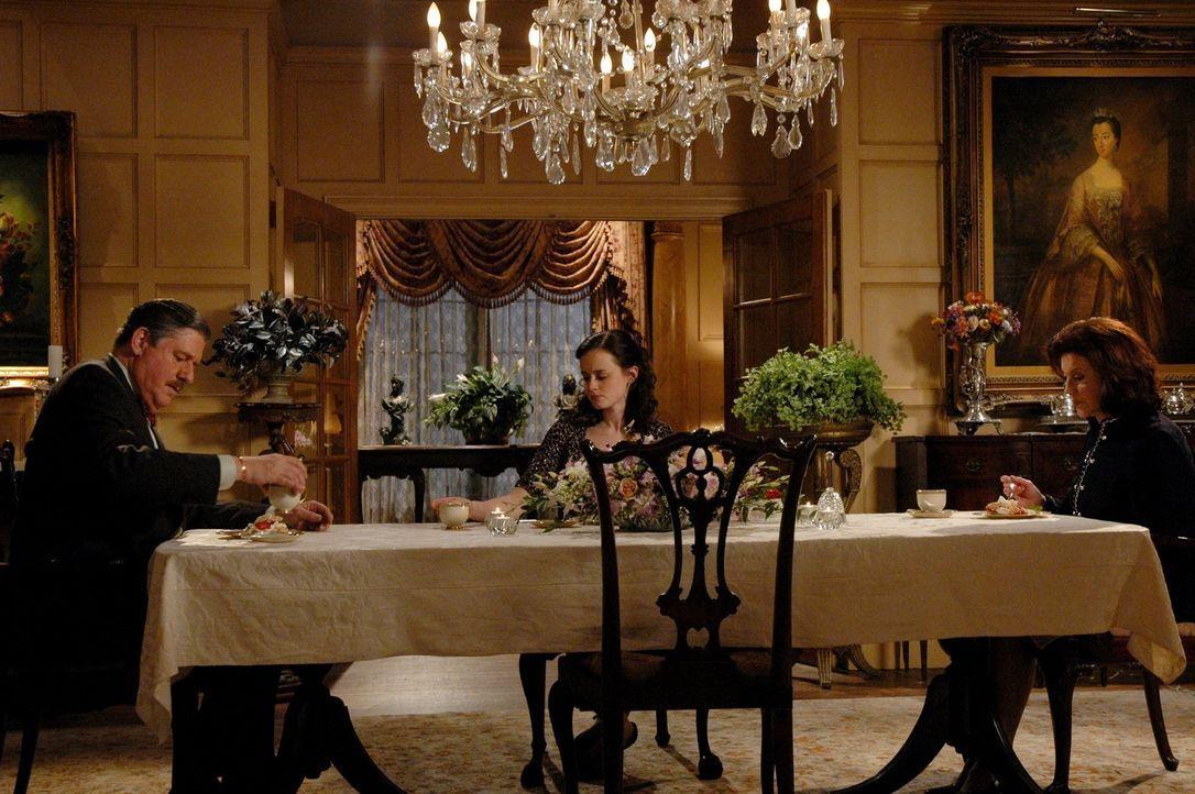Beim gemeinsamen Abendessen von (v.l.n.r.) Richard (Edward Herrmann, l.), Rory (Alexis Bledel, M.) und Emily (Kelly Bishop, r.) herrscht dicke Luft.... - Bildquelle: 2004 Warner Bros.