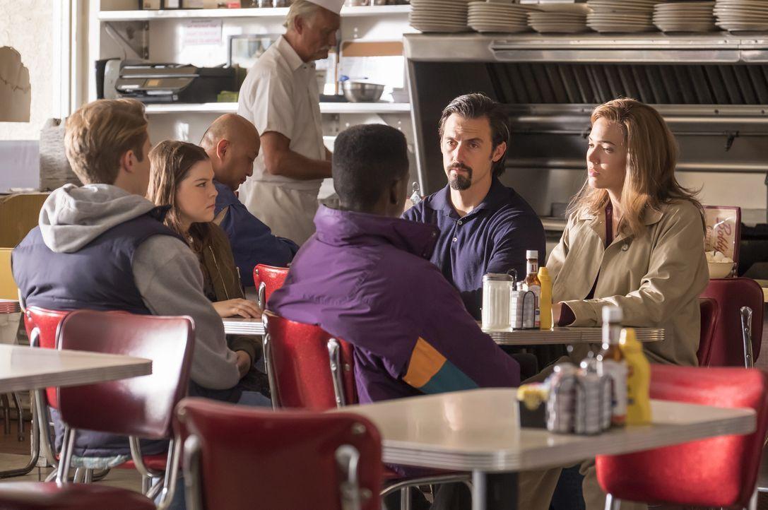 Rückblende auf ihre Jugend: Kevin (Logan Shroyer, l.), Kate (Hannah Zeile, 2.v.l.) und Randall (Niles Fitch, 3.v.r.) wird von ihren Eltern (Mandy Mo... - Bildquelle: Ron Batzdorff 2017-2018 NBCUniversal Media, LLC.  All rights reserved.