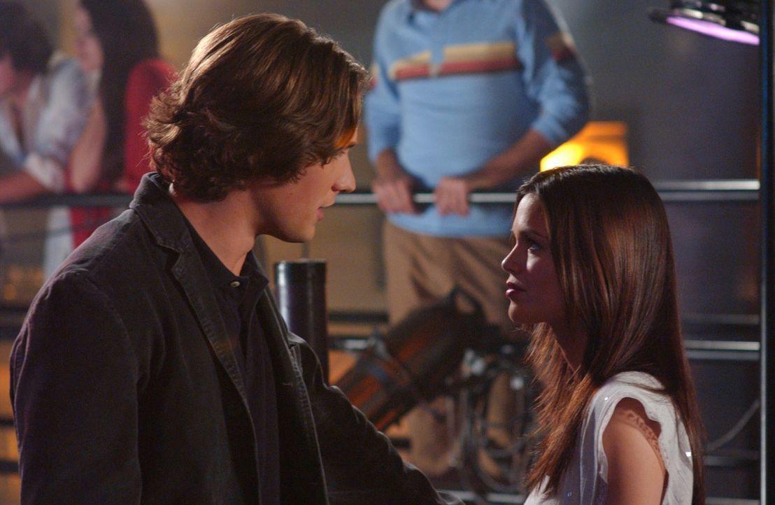Zach (Michael Cassidy, l.) möchte ihr Halbjähriges bei einem Abendessen feiern, jedoch hat Summer (Rachel Bilson, r.) viel mehr Lust darauf, endli... - Bildquelle: Warner Bros. Television