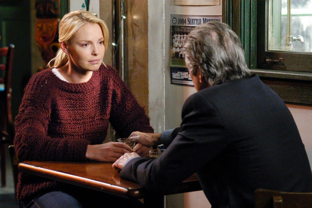 Während Meredith unter extremen Bauchschmerzen leidet, bekommt Izzie (Katherine Heigl, l.) Besuch von Dennys Vater (Fred Ward, r.) ... - Bildquelle: Touchstone Television