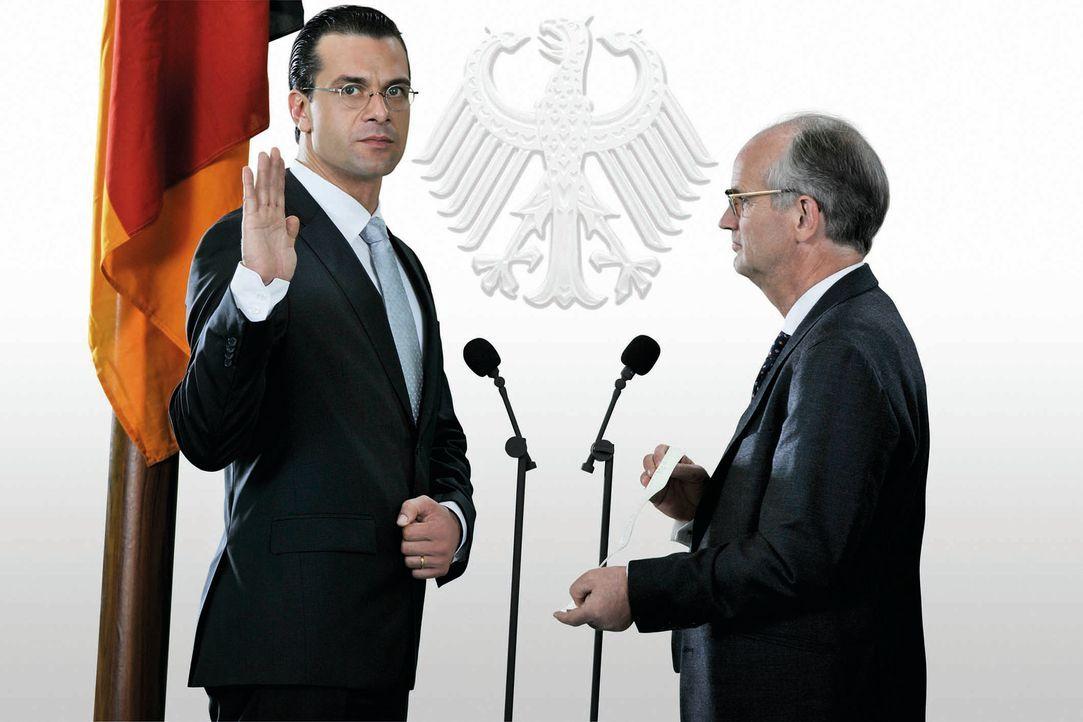Endlich Wirtschaftsminister: Franz Ferdinand von und zu Donnersberg (Kai Schumann, l.) hat es geschafft! - Bildquelle: Hardy Brackmann SAT.1
