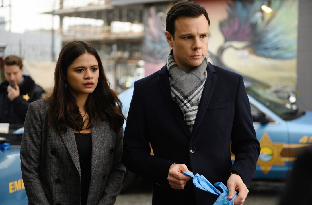 Mel Vera (Melonie Diaz, l.); Harry Greenwood (Rupert Evans, r.) - Bildquelle: Diyah Pera 2018 The CW Network, LLC. All Rights Reserved.