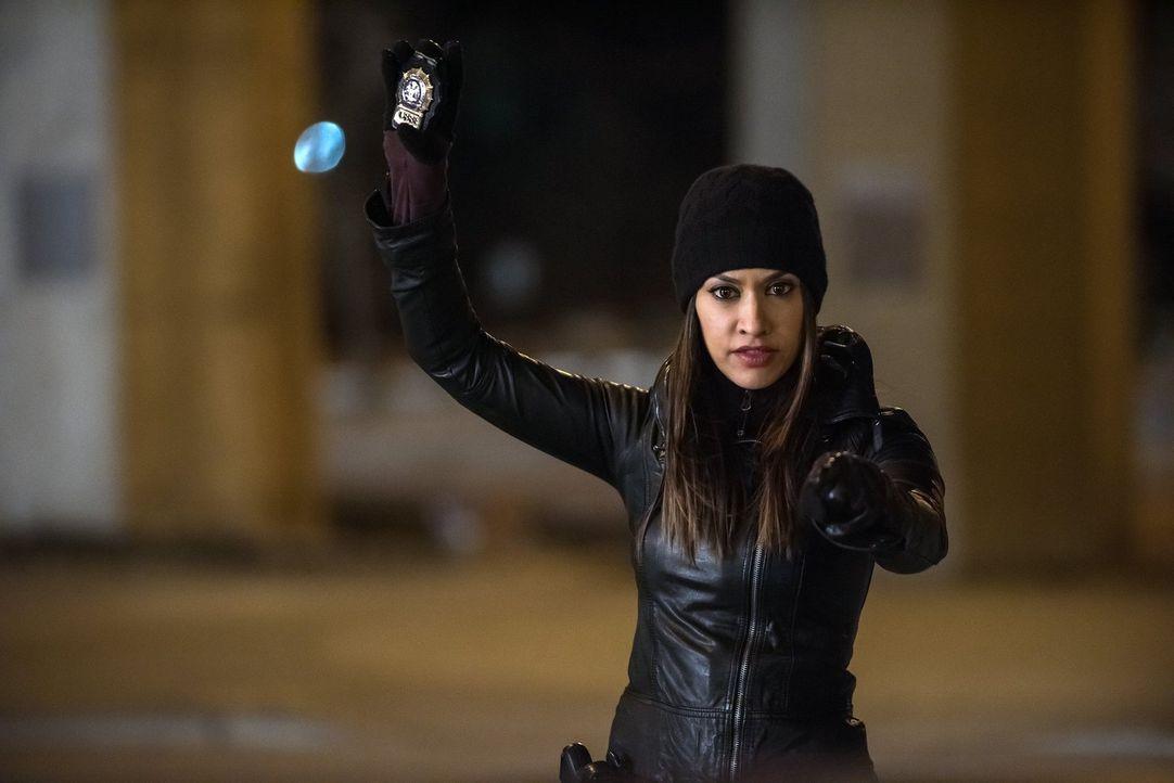 Meredith (Janina Gavankar) und ihre Kollegen müssen einen neuen Mordfall aufdecken, doch dazu müssen sie erst eine Gruppe von Bankräubern aufhalten.... - Bildquelle: Warner Bros. Entertainment, Inc.