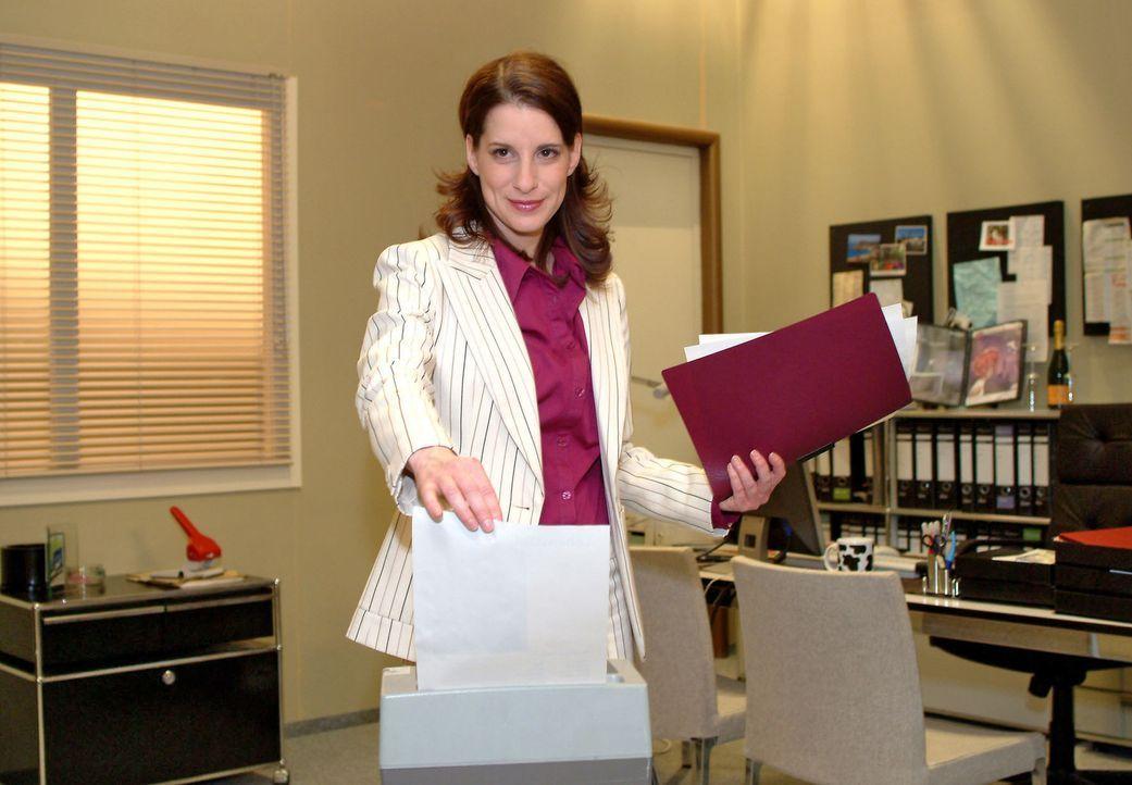 Inka (Stefanie Höner) lässt mit großer Genugtuung die Bewerbungsunterlagen von Britta, der Freundin ihres Ex-Mannes, im Aktenvernichter auf Nimme... - Bildquelle: Sat.1