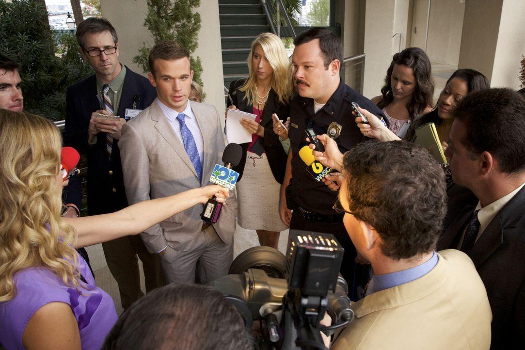 Als eine markante Information über Joyce Reed in die Medien sickert, stehen Roy (Cam Gigandet, M. l.) und Deputy Chief Knox (Michael Gladis, M.r.) p... - Bildquelle: 2013 CBS BROADCASTING INC. ALL RIGHTS RESERVED.