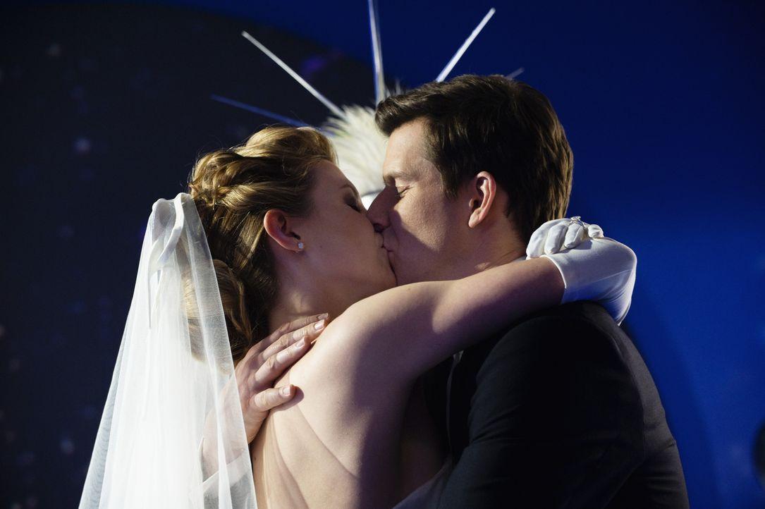 Bevor Daniel (Eric Mabius, r.) und Molly (Sarah Lafleur, l.) die Hochzeitsreise antreten können, bricht die Braut zusammen ... - Bildquelle: 2008   ABC Studios