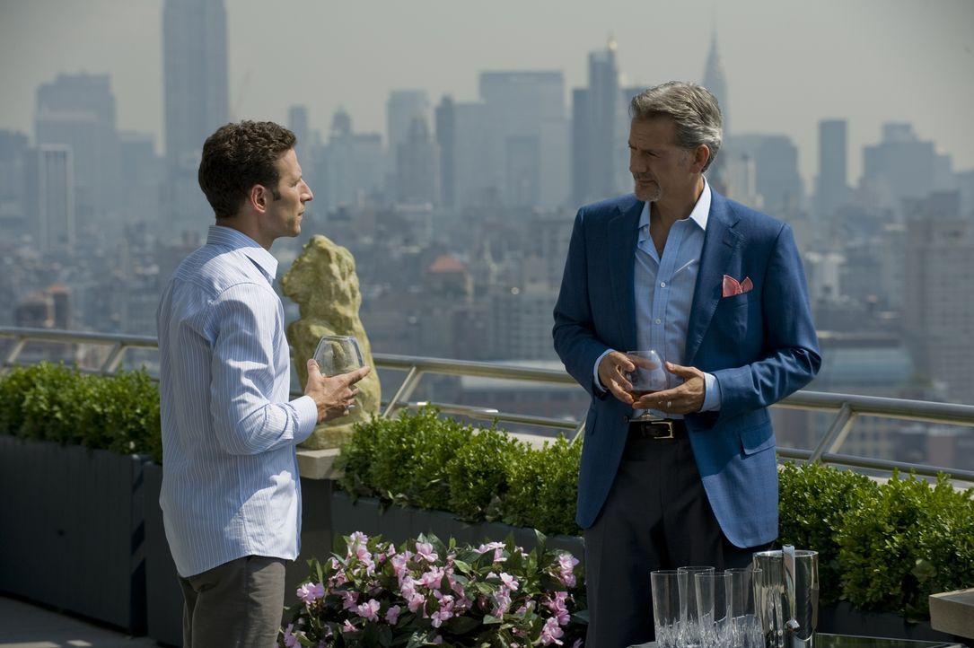 Boris (Campbell Scott, r.) eröffnet Hank Lawson (Mark Feuerstein, l.), dass Familie Gardner alles daran setzt ihm die Approbation zu entziehen ... - Bildquelle: USA Network