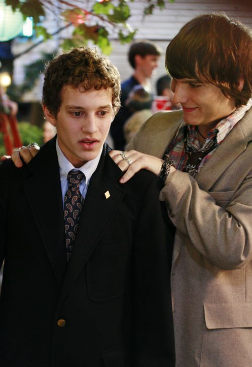 Cappie (Scott Michael Foster, r.) ist Rusty (Jacob Zachar, l.) behilflich, ein Date für die Verbindungsparty zu finden ... - Bildquelle: 2007 ABC FAMILY. All rights reserved. NO ARCHIVING. NO RESALE.
