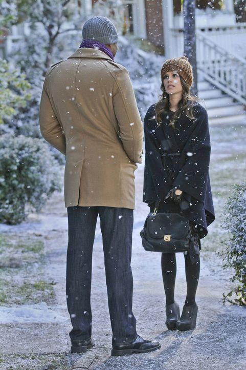 Zoe (Rachel Bilson, r.) ist entzückt, als unzählige weiße Flocken die Dächer des Städtchens Bluebell bedecken. Lavon (Cress Williams, l.) ist dagege... - Bildquelle: Warner Bros.