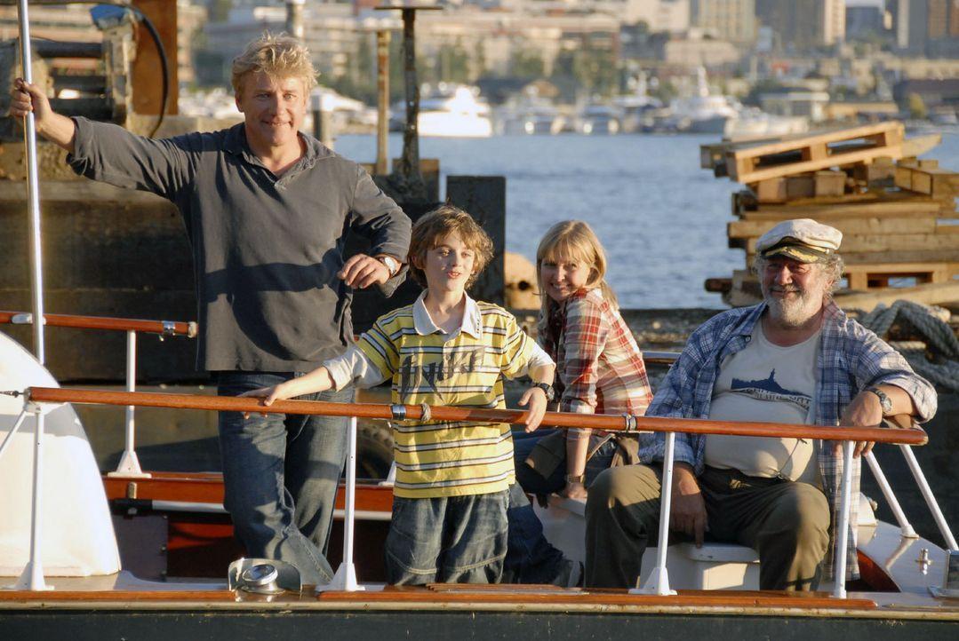 Der neunjährige Oliver (Joel Eisenblätter, 2.v.l.) möchte unbedingt Bill Gates treffen und reist mit seiner Mutter Nika (Katharina Böhm, 2.v.r.)... - Bildquelle: Sat.1