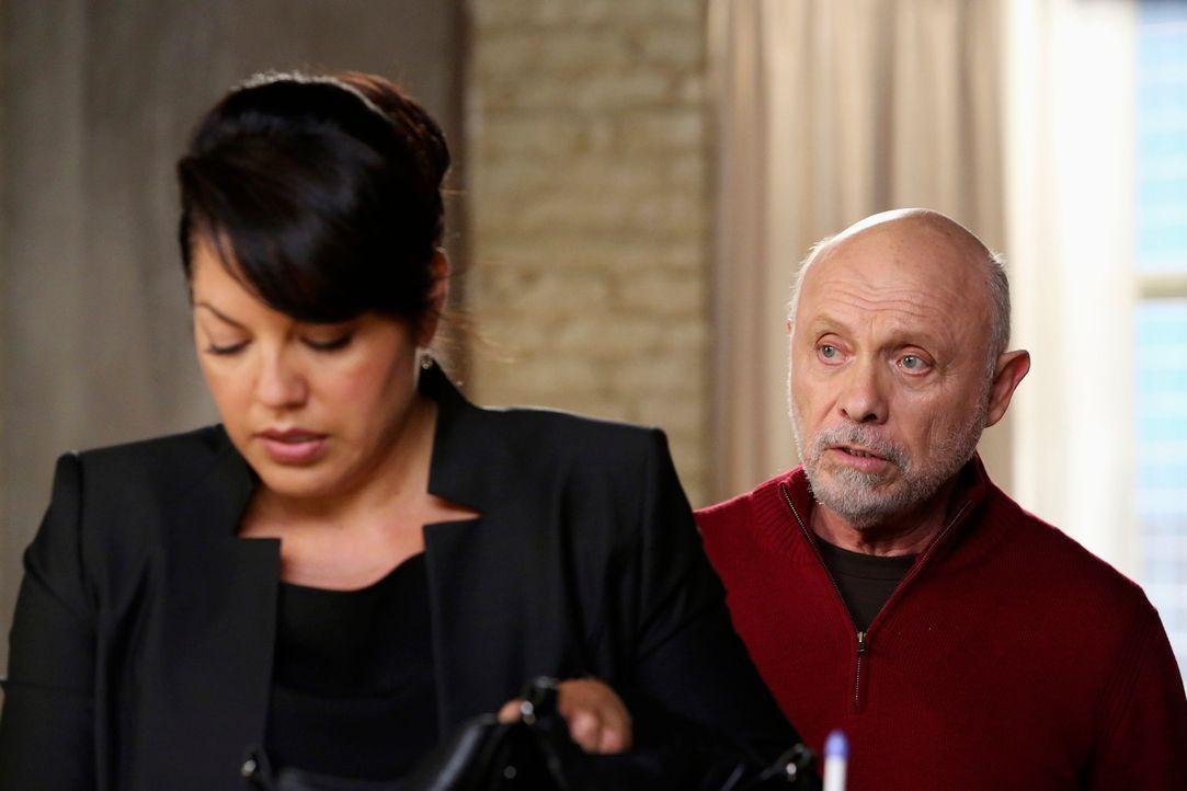 Weil Callie (Sara Ramirez, l.) sich vor Gericht verantworten muss, überrascht sie ihr Vater Carlos (Hector Elizondo, r.), um sie zu unterstützen - m... - Bildquelle: ABC Studios