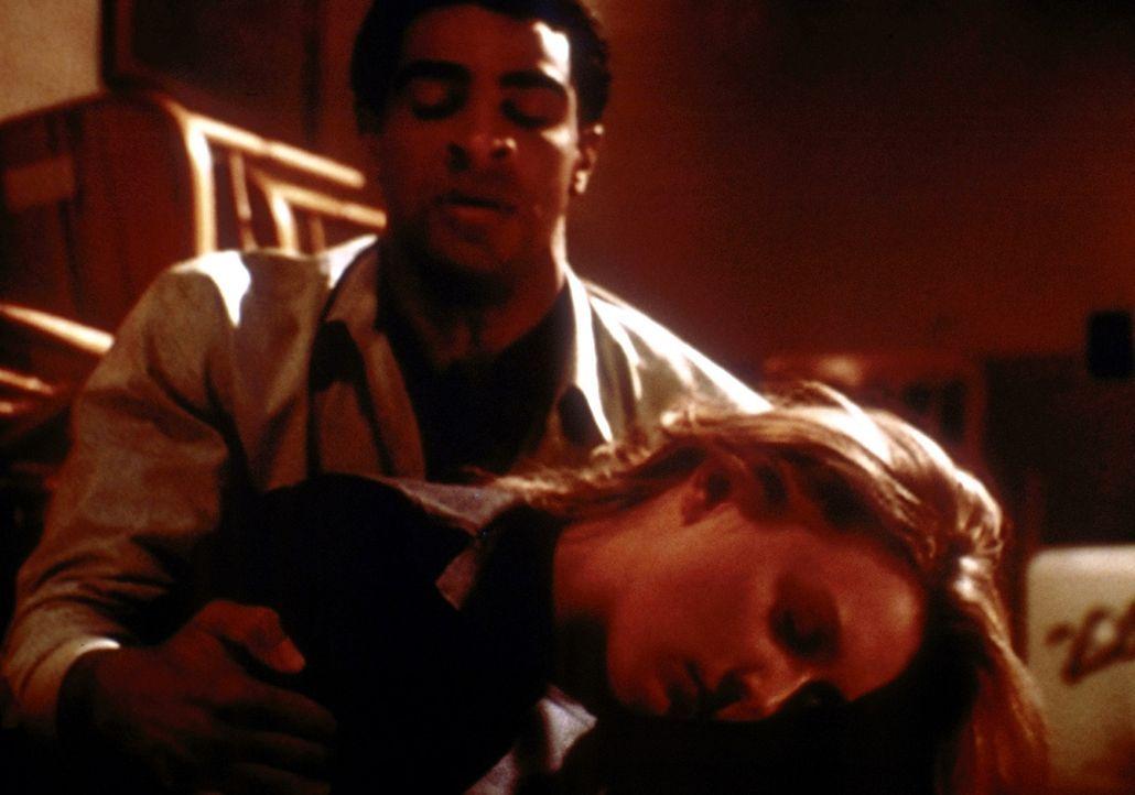 Der Dämon, in Gestalt des Barkeepers (Obi Ndefo, l.), hat in Kate (Elisabeth Röhm, r.) ein neues Opfer gefunden. - Bildquelle: TM +   2000 Twentieth Century Fox Film Corporation. All Rights Reserved.
