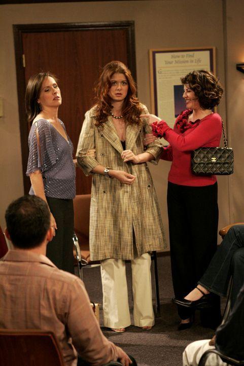 Grace (Debra Messing, M.) und Val (Molly Shannon, l.) sind entsetzt, als plötzlich Karen (Megan Mullally, r.) bei den anonymen Alkoholikern auftauch... - Bildquelle: Chris Haston 2003 NBC, Inc. All rights reserved.