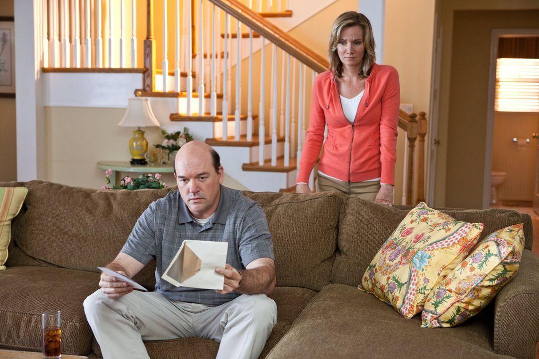 Bernie (John Carroll Lynch, l.) und Claire (Beth Littleford, r.) sind geschockt, als sie einen Briefumschlag mit Nacktfotos ihrer Tochter finden, de... - Bildquelle: Warner Bros.