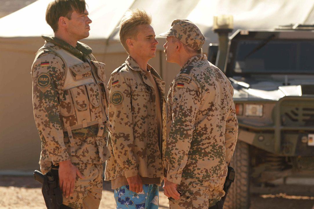 Kaum am Stützpunkt angekommen, rauscht Martin (Constantin von Jascheroff) mit dem einfältigen Oberstleutnant Körner (Michael Lott, r.) zusammen. Auc... - Bildquelle: Sife Ddine ELAMINE ProSieben
