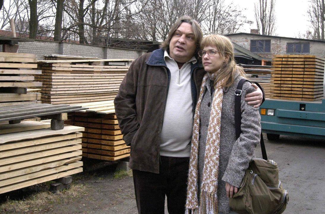 Lisa (Alexandra Neldel, r.) besichtigt mit gemischten Gefühlen ihren zukünftigen Arbeitsplatz in der Firma ihres Vaters Bernd (Volker Herold, l.).... - Bildquelle: Sat.1