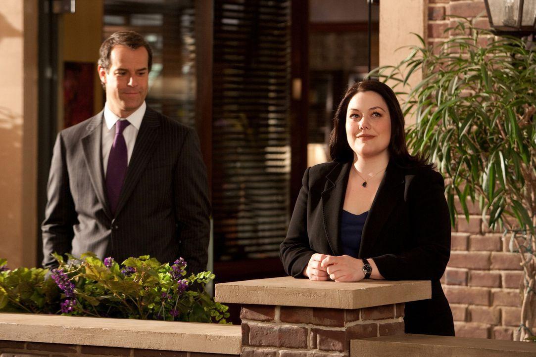 Nachdem Jane (Brooke Elliott, r.) geschickt einen Fall gewonnen hat, von dem ihr Chef Parker (Josh Stamberg, l.) ihr abgeraten hat, steht der Überr... - Bildquelle: 2009 Sony Pictures Television Inc. All Rights Reserved.
