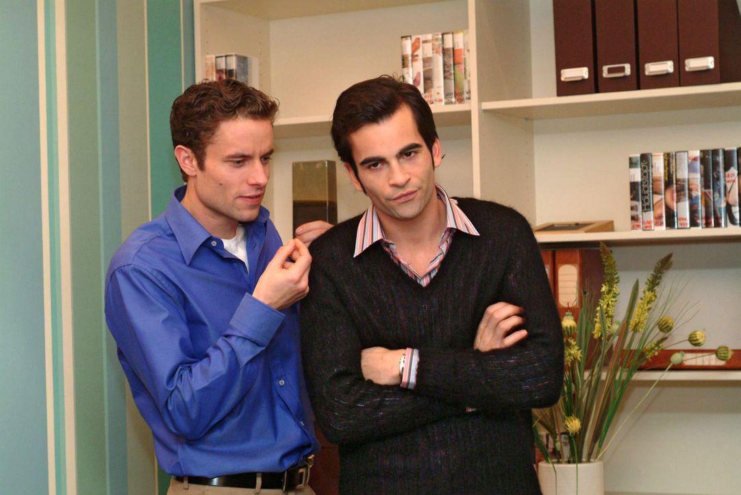 Max (Alexander Sternberg, l.) verspottet David (Mathis Künzler, r.) dafür, dass er Lisa zu seiner Assistentin gemacht hat. - Bildquelle: Sat.1