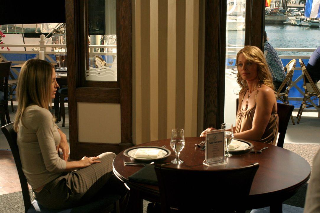 Kirsten (Kelly Rowan, r.) darf die Klinik verlassen. Sie lässt sich allerdings, aus Angst vor einem Rückfall von Charlotte (Jeri Ryan, l.), überr... - Bildquelle: Warner Bros. Television
