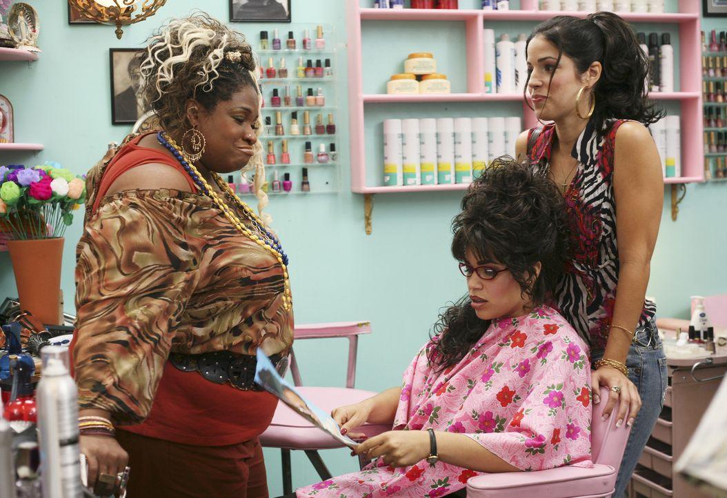 Lässt sich für ein Treffen mit dem Fotografen Vincent Bianchi neu stylen: Betty (America Ferrera, M.) ... - Bildquelle: Buena Vista International Television