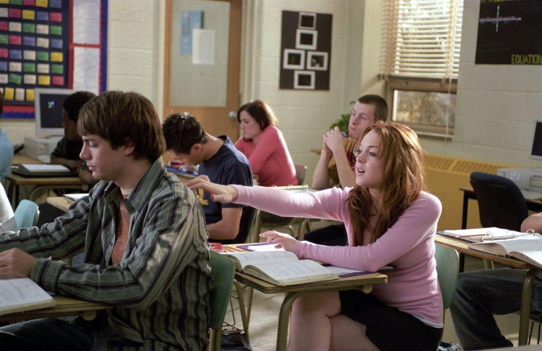 Als sich Cady (Lindsay Lohan, r.) in Reginas Ex-Freund Aaron (Jonathan Bennett, l.) verliebt, ist es vorbei mit dem Frieden in der Mädchenclique. Es... - Bildquelle: Paramount Pictures