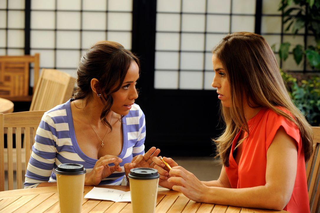 Besprechen, wie sie vorgehen, um an die DVD über Flora zu kommen: Rosie (Dania Ramirez, l.) und Marisol (Ana Ortiz, r.) .. - Bildquelle: ABC Studios