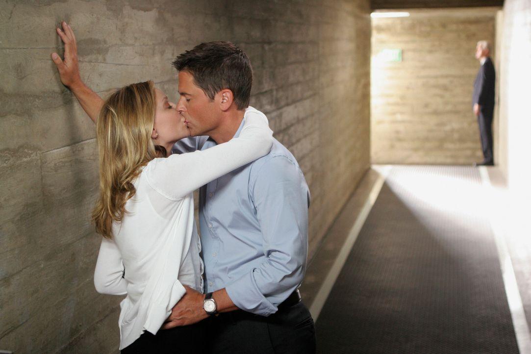 Kitty (Calista Flockhart, l.) gelingt es durch einen Bluff Roberts (Rob Lowe, r.) Ex davon abzubringen, Gerüchte über sie beide publik zu machen... - Bildquelle: Disney - ABC International Television