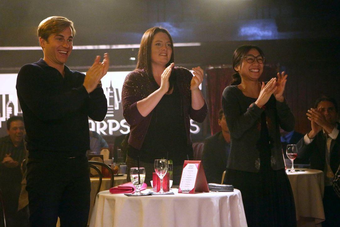 Standing Ovations: Richard (Kevin Bishop, l.), Marika (Lauren Ash, M.) und die völlig betrunkene Helen-Alice (Liza Lapira, r.) sind super stolz auf... - Bildquelle: Warner Brothers