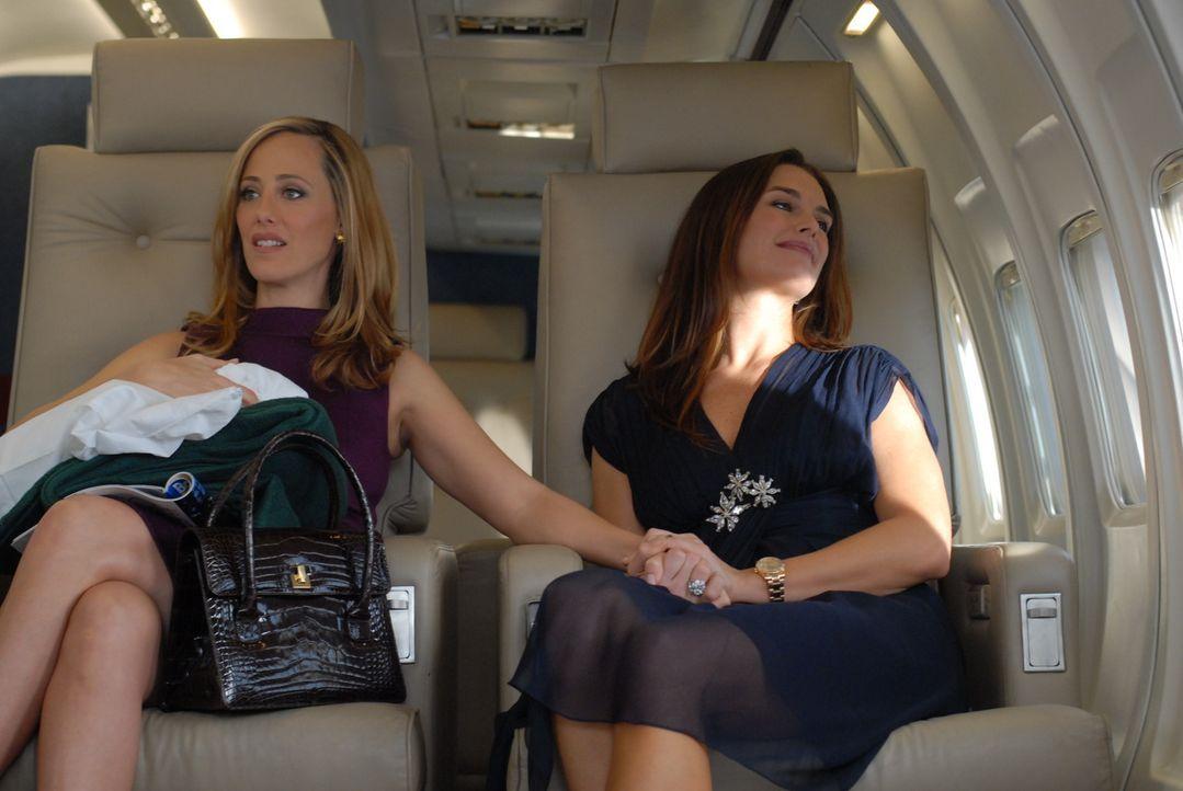 Nico (Kim Raver, l.) und Wendy (Brooke Shields, r.) machen sich gemeinsam auf den Weg nach Schottland, um Joan K. Rowling davon zu überzeugen, die F... - Bildquelle: 2004 NBC, Inc.