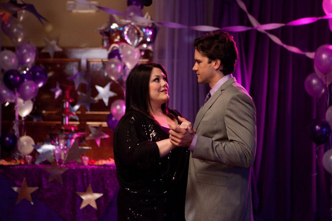 Genießen einen innigen Moment: Jane (Brooke Elliott, l.) und Grayson (Jackson Hurst, r.) ... - Bildquelle: 2011 Sony Pictures Television Inc. All Rights Reserved.