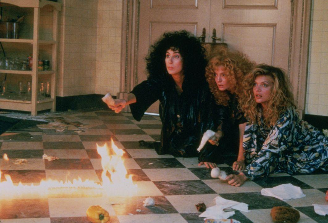 Alex (Cher, l.), Jane (Susan Sarandon, M.) und Sukie (Michelle Pfeiffer, r.) sehnen sich ihren Traummann herbei, doch was sie dann als Antwort bekom... - Bildquelle: Warner Bros.